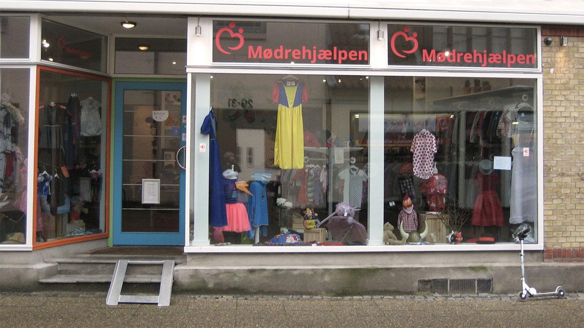 Moedrehjaelpens_boernetoejsbutik_i_Haderslev